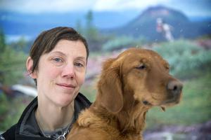 Veterinären Anna Pamuk med jaktgolden Dakota längtar till den nya kliniken som ska stå färdig om ett år.