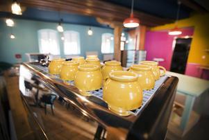 Lokal med rymd och gula koppar.