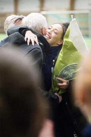 Bosse Börjesson räcker över blommor till årets vinnare.