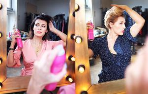 Amanda Schulman och Hannah Widell stylar håret med sina egna produkter tillverkade på Krämfabriken i Falun.