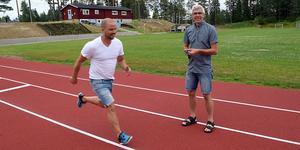 Eldsjälen Mats Eriksson kollar och klockar Emil Båtmästar på de nya tartanbanorna. Emil har barn som friidrottar och är själv engagerad i Djurmo-Sifferbo IF.