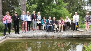 Medlemmarna i PRO Kälarne/Sörbygden gjorde sin traditionella sommarresa till bland annat Villa Fraxinus, en sevärdhet med samspel mellan natur och trädgård. Foto: Foto: Marie Granroth