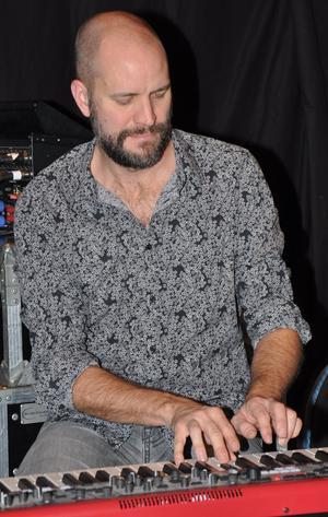 Kapellmästaren i Beat Funktion Daniel Lantz på keyboarden