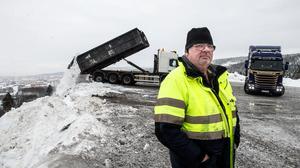 Snöberget i Nacksta fortsätter växa. Nu kallar kommunen in fler lastbilar för att tömma Sundsvall på snö.