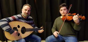 Bassam Khantarashian (oud) och sonen Antranik Khantarashian (violin).