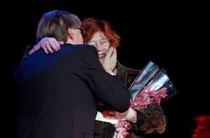 En rörd Majgull Axelsson kramar om Bo Strömstedt efter att ha mottagit 1997 års Augustpris för