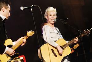 Eva Eastwood rockar igång lördagen på Dundermarknaden. Foto: Ulrika Andersson