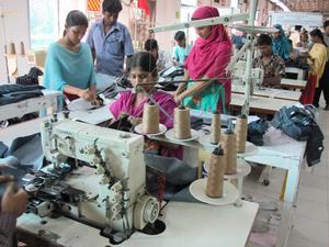 Kvinnliga arbetare i en textilfabrik i Bangladesh. Många arbeten och fabriker har genom globaliseringen flyttats från väst till utvecklingsländerna. Foto: Mona Mijthab
