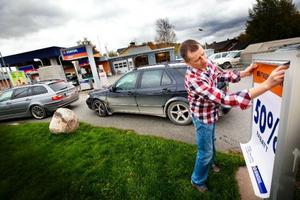 Christer Åsell tycker att Statoils beslut att stänga hans bensinstation i Mjälle är felaktigt. In i det sista hoppades han kunna ta över lokalerna där hans pappa startade bensinmacken på 60-talet. Men bensinjätten ville inte sälja fastigheten. Macken stänger på onsdag och i helgen började utförsäljningen.