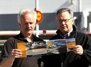 Ingvar Östlund (till vänster) och Håkan Ericsson visar den broschyr som har tagit fram.