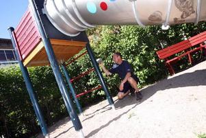 I besiktningmannen Torbjörns Westlunds väska finns så kallade sondrar vars diametrar motsvarar huvudstorlekarna på barn i olika åldrar. Dessa sticker han i staketspringor och andra öppningar på lekplatsen för att säkerställa att barnen av misstag inte ska kunna fastna.