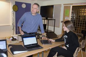 Läraren Henrik Åberg tycker att det är bra för eleverna att lära sig hur företagande fungerar. Även för de elever som väljer inte blir företagare själva.