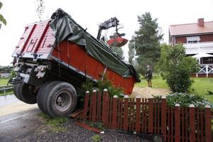 En av familjerna längs vägen genom Ekebybro upplever otrygghet i sin egen trädgård, sedan fordon flera gånger kört av i kurvan och hamnat i deras trädgård.  (Traktorsläpet på bilden hade dock lossnat från traktorn och just detta ekipage hade sannolikt inte kört för fort.)