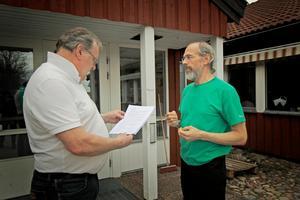 Omsorgsnämndens ordförande Owe Ahlinder (C) besökte hemtjänsten i Hedemoras lokaler för att ta emot namninsamlingen.