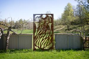 I anslutning till trädgården håller Lenny på att bygga upp en skulpturpark. – Jag gjorde tolv sådana här till Enköpings trädgårdar, som spaljéer för rosor – olika kläder från 50-talet, berättar Lenny Clarhäll.