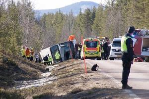 Tre ungdomar omkom i bussolyckan utanför Sveg, och flera skadades.