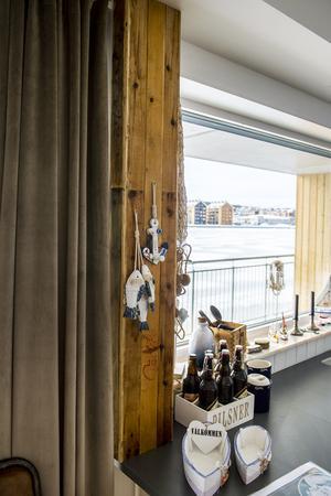 Håkan Eriksson har klätt in en stolpe i köket med gamla fisklådor från Löran.