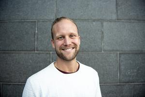 Johan arbetar varannan vecka i Uppsala, och varannan i Örnsköldsvik. Två av tolv veckor brukar dessutom tillbringas i Oslo.
