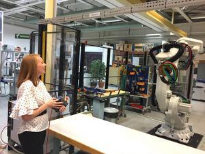 En lycklig partiledare. Annie Lööf trivdes med att dirigera en stor ABB-robot.