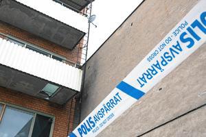 Inom kort ska polisen förhöra ägaren av fastigheten där golvet till en av balkongerna gav vika.