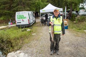 Ett hemligt pris delas ut till den som fångar fisken som väger närmas 1750 gram. Regnbågen som Karl-Johan Bylund håller i handen väger 2,5 kilo.