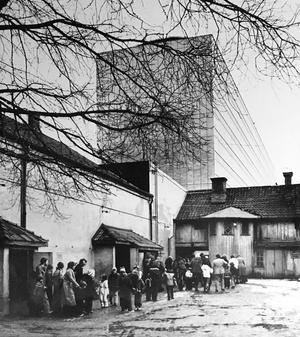 1978. Besökare strömmar ut från biografen Odéon. Foto: Gunhild Malmberg/VLT:s arkiv
