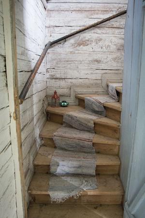 Trappan med trasmatta leder upp till övervåningen som än så länge står oanvänd.