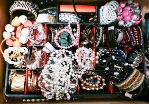 Låda med smycken som beslagtogs i kvinnans hem. Bild ur polisens förundersökningsprotokoll.