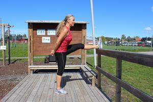 Baksida lår. För att stretcha baksida lår kan du placera ena benet på vilken höjd som helst. Håll händerna bakom ryggen för bästa stabilitet.