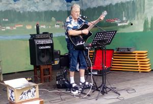 Lill-Bengt spelade och presenterade sin skiva. Foto: Annaliisa de Faire