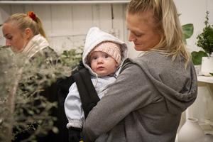 Bland de yngsta tjejerna på festen var Molly Almqvist, 7 månader. Här med mamma Jenny Almqvist.