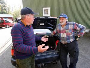 – Många i Landön tycker att Matti Mikkonen blivit illa behandlad av fiskevårdsföreningen.– Det måste ligga något annat bakom, säger Mats Berglund, till höger på bilden.