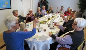 Gott fika, mycket skratt. När SKPF:s deltagare hade terminsavslutning på litteraturcirkeln. Foto: Kent Nilsson