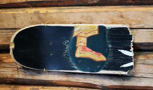 Ikon, fot på trasig skateboard av Inga Heamägi