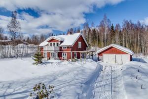 Trivsam 1 1/2plansvilla med högt fint läge. Påbörjad renovering invändigt.Foto: Svensk Fastighetsförmedling