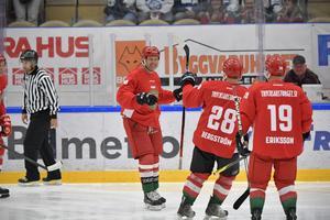 Moralegendarerna vann till slut med 13–11 mot Leksands åldermän – men resultatet var sekundärt i välgörenhetsmatchen till förmån för Tobias Forsberg.