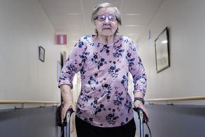 Efter att ha blivit hemskickad från ett korttidsboende irrade Märta-Stina Nilsson runt i Societetsparken. Två dagar senare fick hon komma tillbaka till boendet.