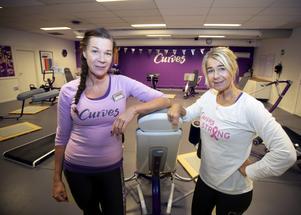 I Gävle finns även träningskedjan Curves, som riktar sig till kvinnor och erbjuder 30 minuters träningspass med coach. Till höger i bild ägaren Carina Friberg och bredvid henne coachen Kerstin Wenngren.