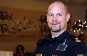 Andreas Zehlander jobbar som chef inom brottsförebyggande- utrednings- och ingripandeverksamhet i Medelpad samt tio procent som kommunikatör där han sköter sina profiler och kontaktnät.