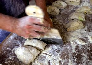 I bagarens händer knådas och formas brödet. Foto: Jurek Holzer/SCANPIX
