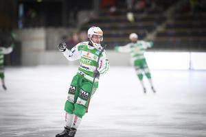 VSK-mittfältaren Daniel Johansson hade anledning att jubla tre gånger om mot Frillesås.