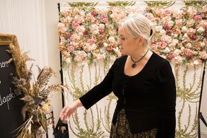 En blomstervägg kan till exempel sättas upp bakom honnörsbordet, visar Marie Westling.