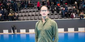 Först efter att Jonathan Hedström hade avslutat sin hockeykarriär tog han tag i sina ätstörningsproblem och sökte hjälp. I dag mår han bättre. Samtidigt fortsätter kampen för att fortsätta vara frisk.