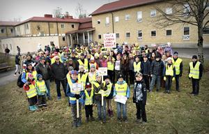När Bollstabruk intresseförening kallade till manifestation mot förslaget om nedläggning av Ytterlännässkolan på tisdagkvällen kom närmare 200 stycken barn och vuxna.