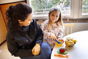 Elisa Hagström, 4, bjuder mamma Emelie Rydfelt på sallad.