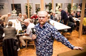 Kulturredaktör Fredrik Björkman i tidningshusets lunchrum, som också är en finfin samlingssal. Ett trettiotal medborgare slöt upp för att prata innehåll i nya kulturhuset.