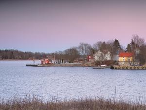 Gräddö brygga en kväll i mars. Foto Marga Wahlqvist