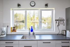 Köket och vardagsrummet löper längs husets hela längd och erbjuder sjöutsikt.