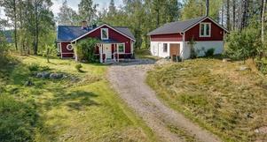 Naturskönt belägen gård i ostört läge. Foto: Mikael Tegnér/Länsförsäkringar fastighetsförmedling.