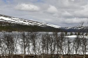 Snö på fjällen och is på sjön och inga löv på björkarna, men nu är våren på väg till Grövelsjön.